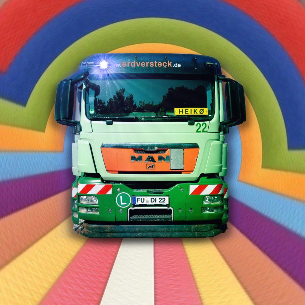 Ein LKW frontal gesehen vor einem stilisierten Regenbogen. Im Führerhaus ein Nummernschild mit Aufschrift Heiko.
