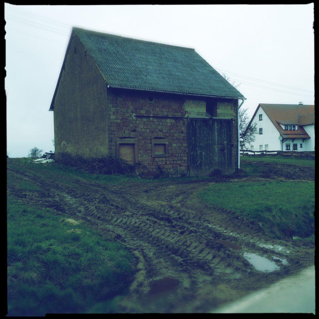 Onkel Toms Hütte 'MudArt by Heiko Moorlander - Schlammspur vor Scheune