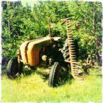 Alter Traktor mit Mähbalken