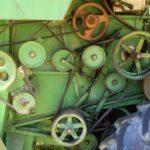 Mähdreschergetriebe mit Rädern und Riemen, grünlich mit orangenen Elementen