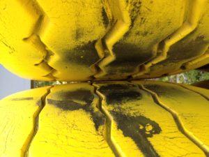 Gelb bemalte Reifen, die wie Lippen aufeinander liegen
