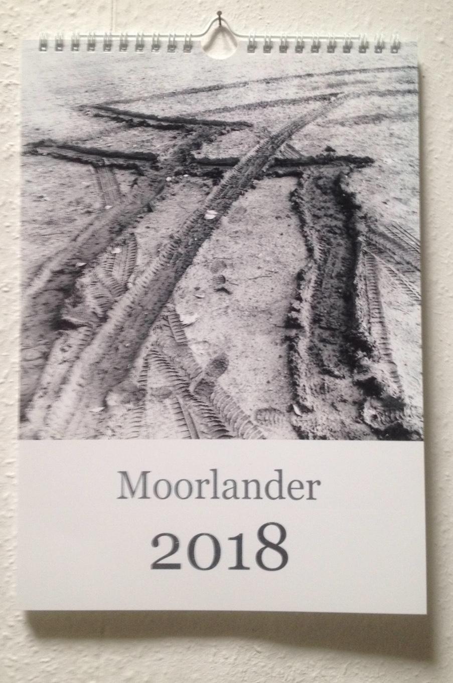 Schwarz-weiße Schlammspur über Schriftzug Moorlander 2018