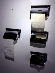 Vier silberne Klorollenhalter, teils mit, teils ohne Papier mit Aufklebern white, red, black und pale.